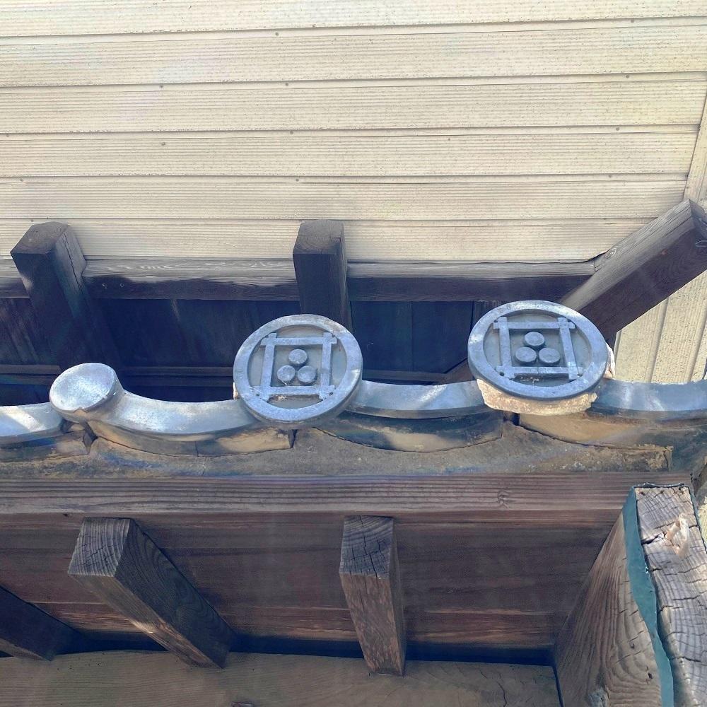 旧井上住宅瓦の家紋井桁に三ツ星
