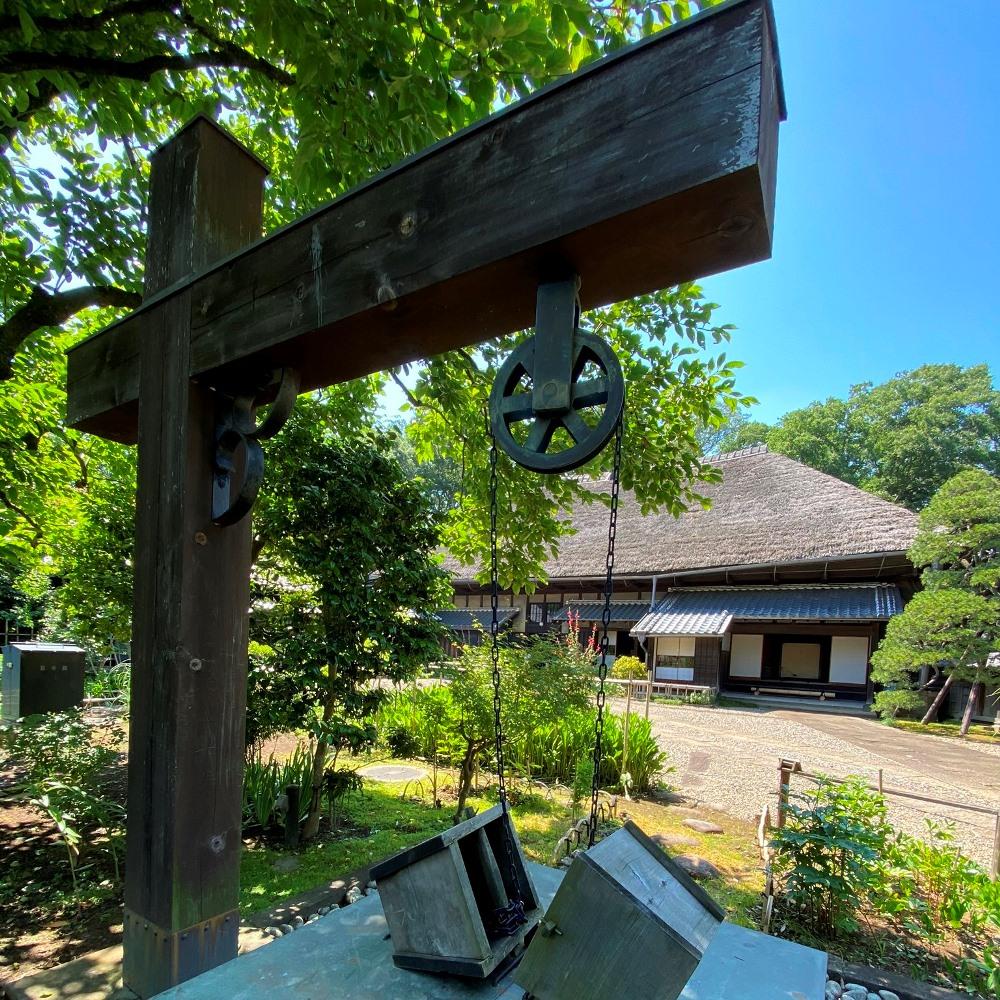 旧吉田家住宅歴史公園主屋を井戸から見る